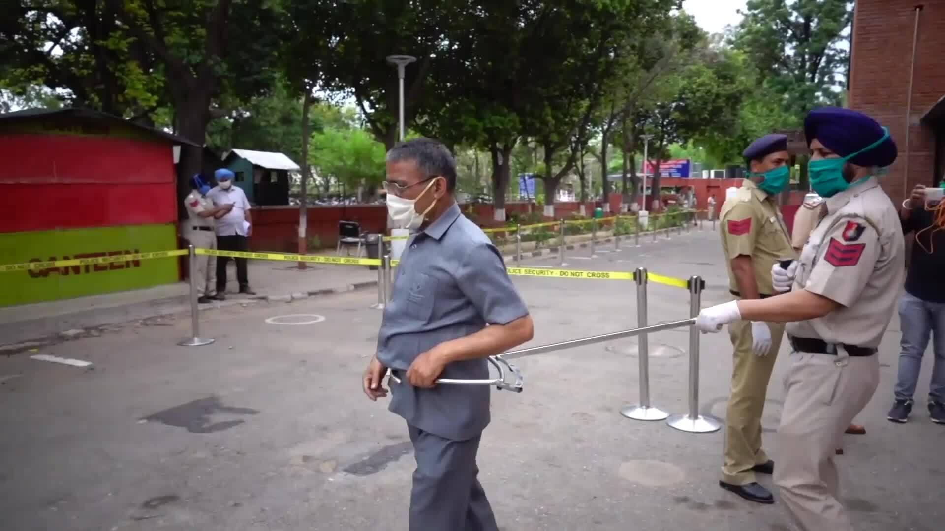 Cảnh sát dùng gậy 'càng cua' khống chế người vi phạm lệnh phong tỏa