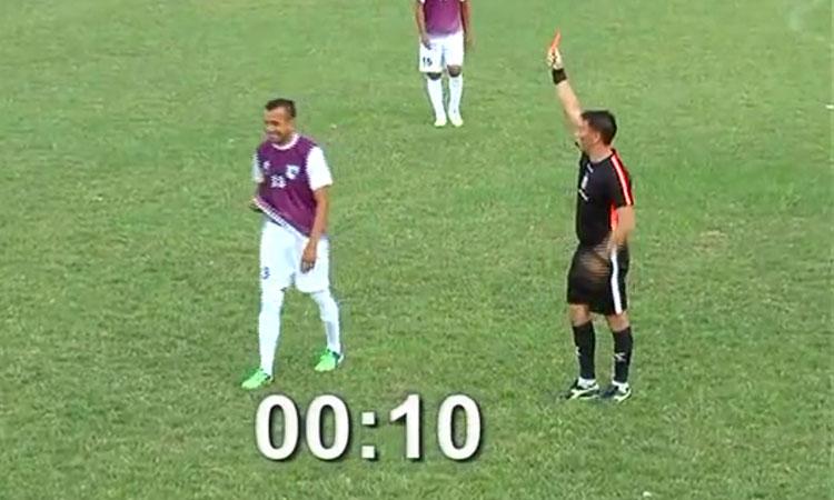 Cầu thủ bị thẻ đỏ khi chưa chạm bóng