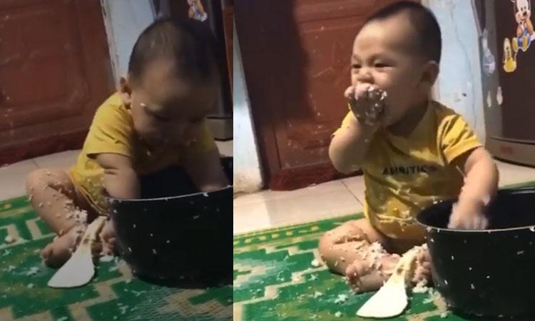 Bé trai ăn vụng nồi cơm lúc vắng mẹ