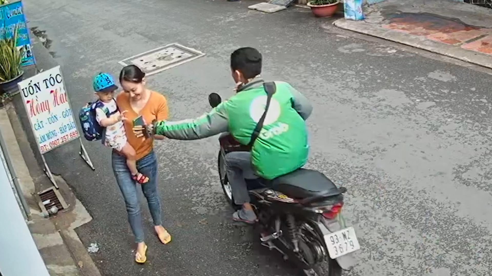 Thanh niên cướp điện thoại người phụ nữ đi bộ