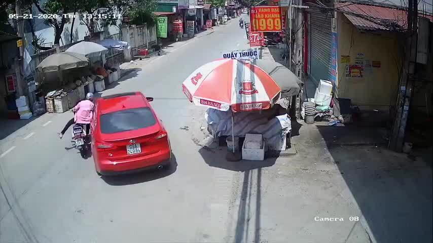 Xe máy lao thẳng vào hông ôtô, xe nào sai?