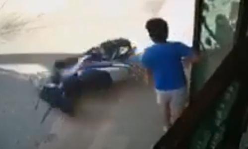 Dắt xe giúp vợ, ông chồng được phen hú vía