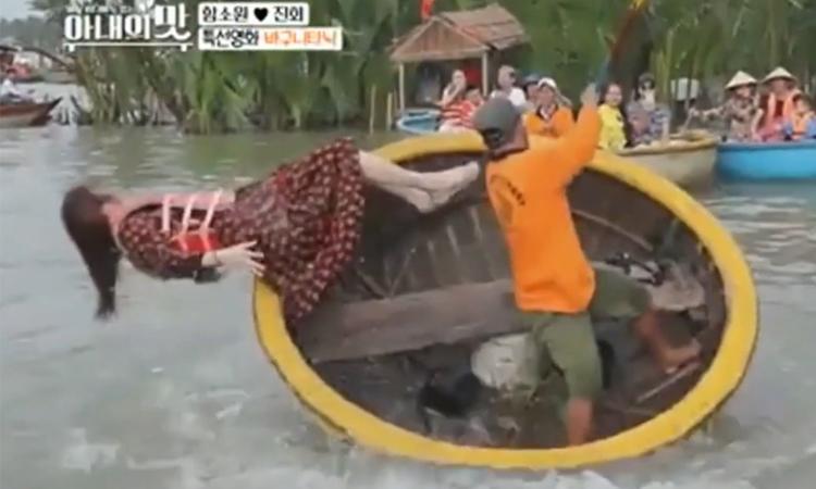 Hoa hậu Hàn Quốc rơixuống nước khi chơi thuyền thúng