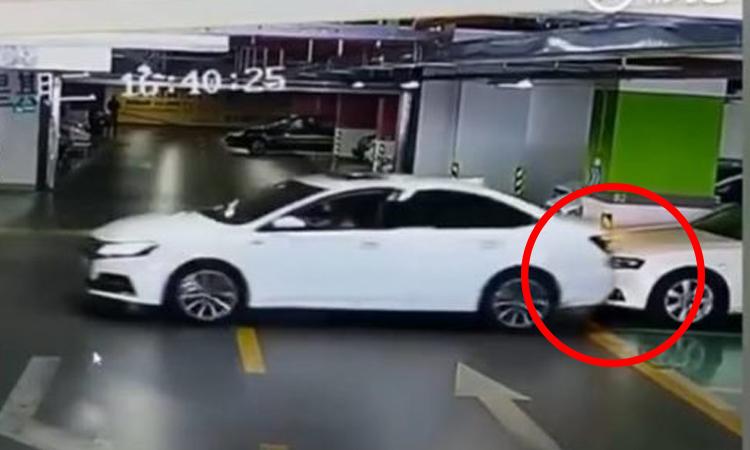 Nữ tài xế 'lùi chuồng'đâm hỏng ba xe sang
