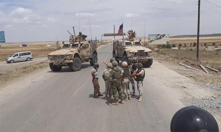 Thiết giáp Mỹ chặn đường xe tuần tra Nga