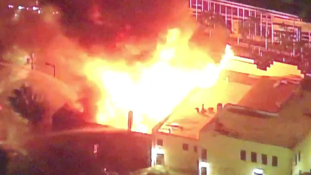 Người biểu tình Mỹ đốt phá đồn cảnh sát