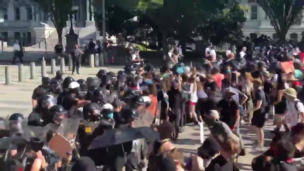 Người biểu tình phá hàng rào an ninh Nhà Trắng