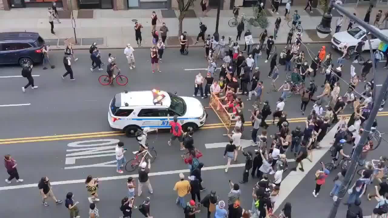 Xe cảnh sát New York lao vào đám đông biểu tình