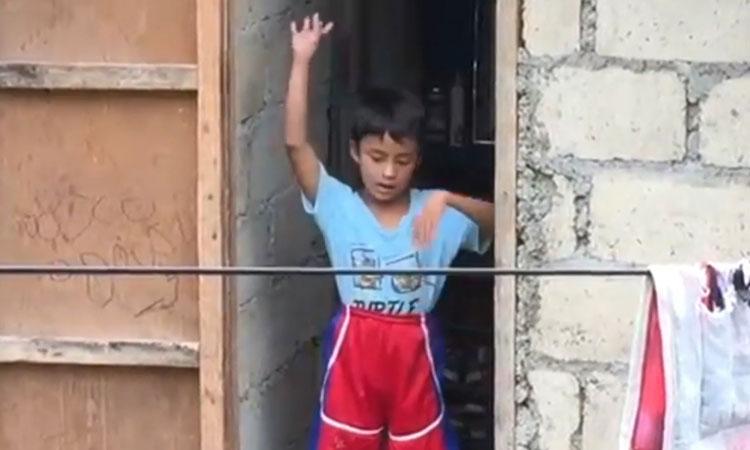 Hàng xóm mở nhạc, cậu bé nhảy theo điêu luyện