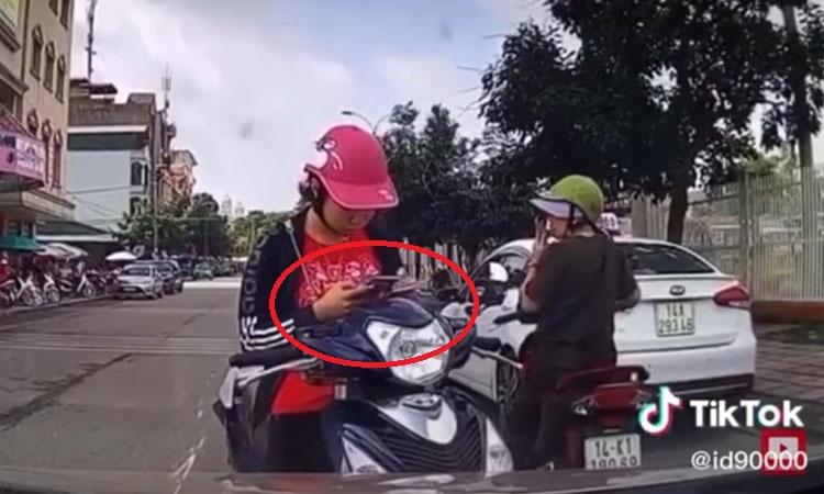 Cô gái nổi cáu vì bị 'nhắc nhở' dừng xe giữa đường