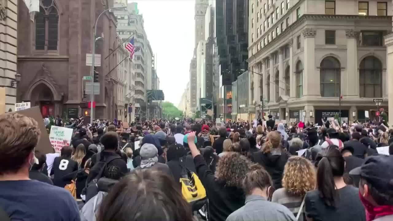 Người biểu tình quỳ trước Tháp Trump