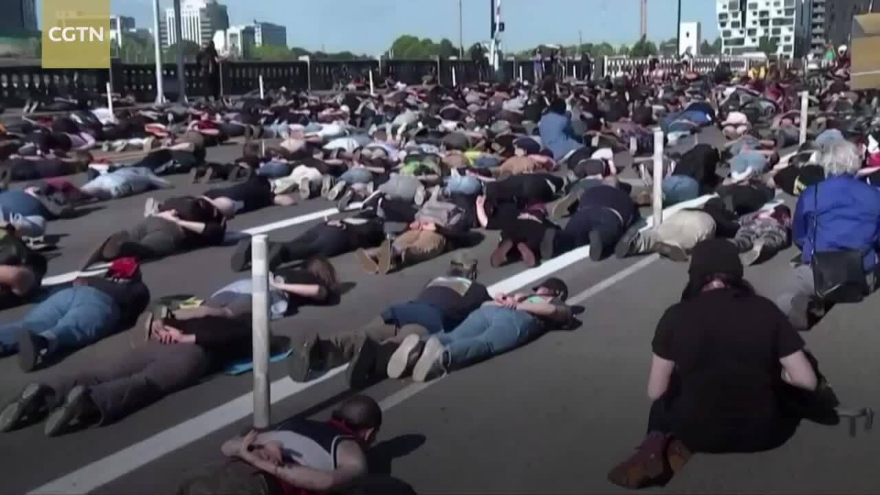 Hàng nghìn người biểu tình Mỹ nằm trên cầu