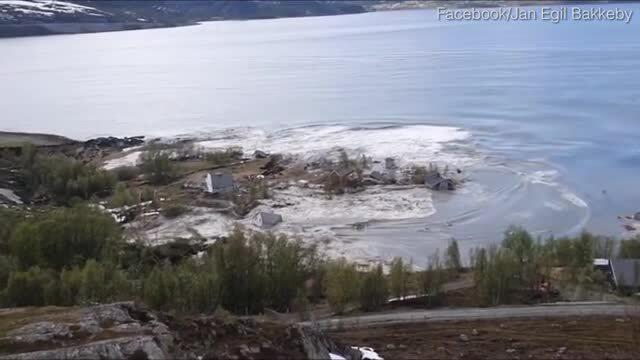 Lở đất kéo 8 ngôi nhà xuống biển