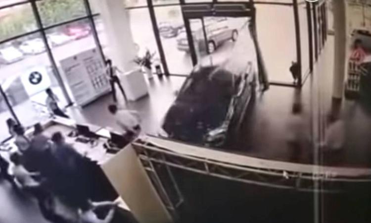 Nữ tài xế lái thử BMW đâm vào cửa hàng