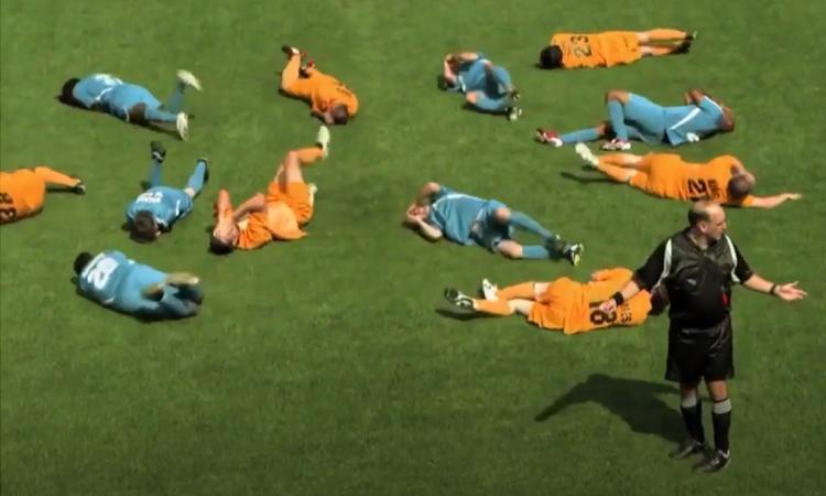 Trọng tài bối rối khi 12 cầu thủ ăn vạ