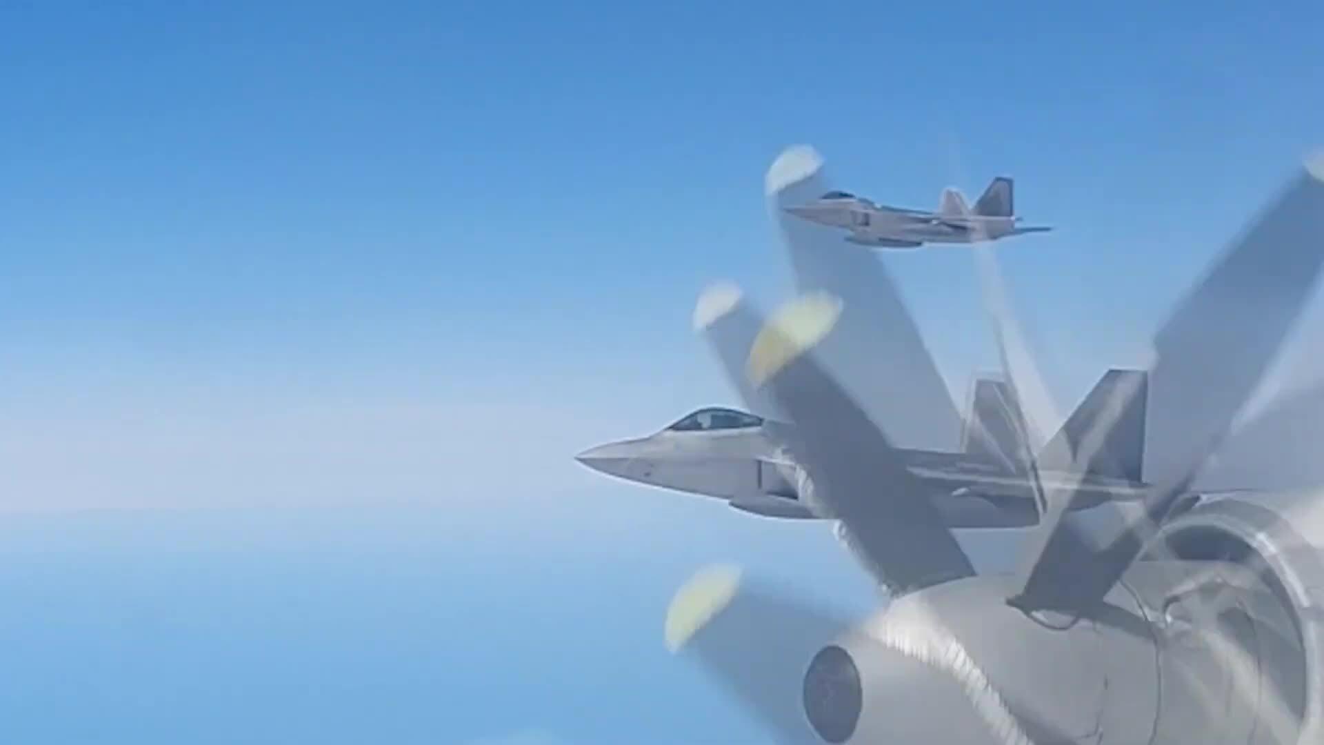 Tiêm kích F-22 Mỹ bám sát oanh tạc cơ Nga