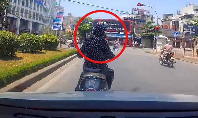 Nữ 'ninja' lườm tài xế ôtô khi bị nhắc nhở lấn làn