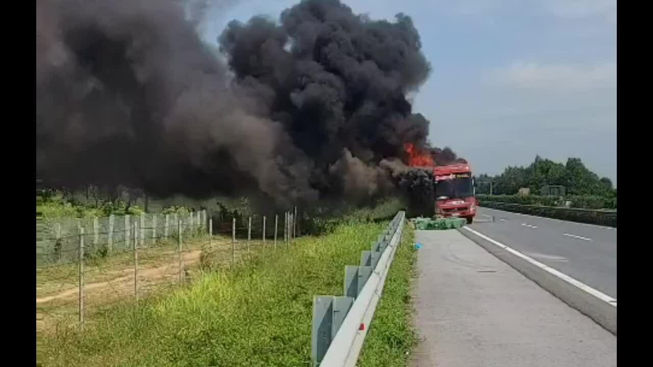 Xe giường nằm bốc cháy trên cao tốc