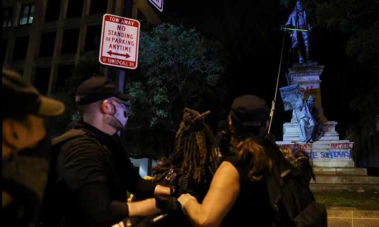 Người biểu tình giật đổ tượng ở thủ đô Mỹ