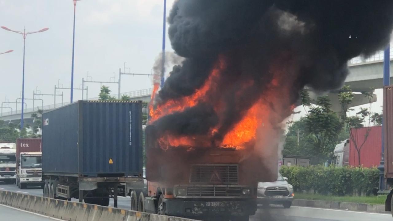 Container bốc cháy ngùn ngụt trên xa lộ Hà Nội