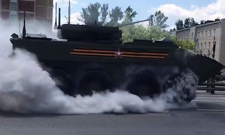 Thiết giáp Nga bốc khói nghi ngút khi đi duyệt binh