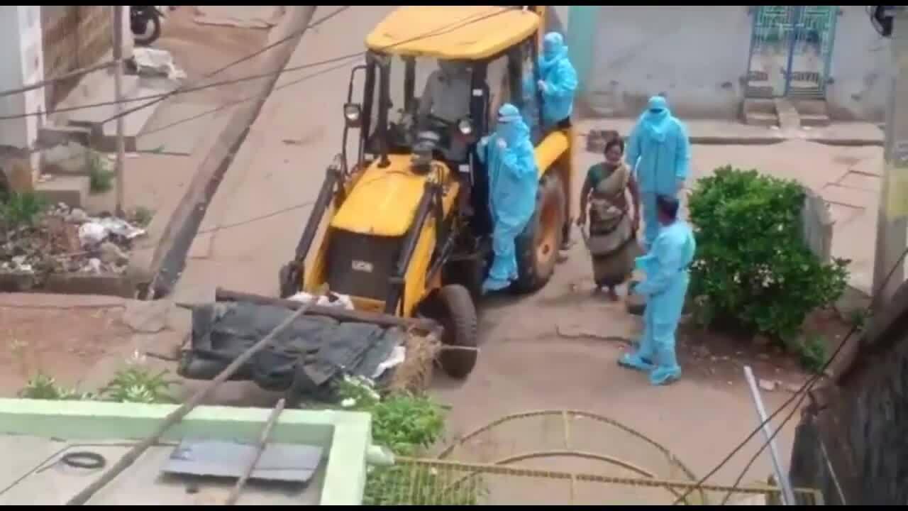 Cảnh chở xác nạn nhân Covid-19 bằng xe xúc đất gây sốc ở Ấn Độ