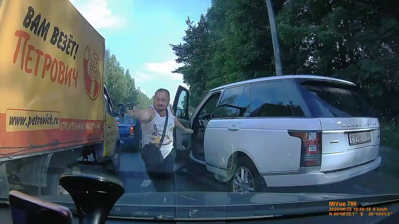 Hai tài xế xịt hơi cay, rút súng bắn nhau