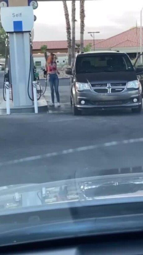 Nữ tài xế loay hoay tìm nắp bình xăng