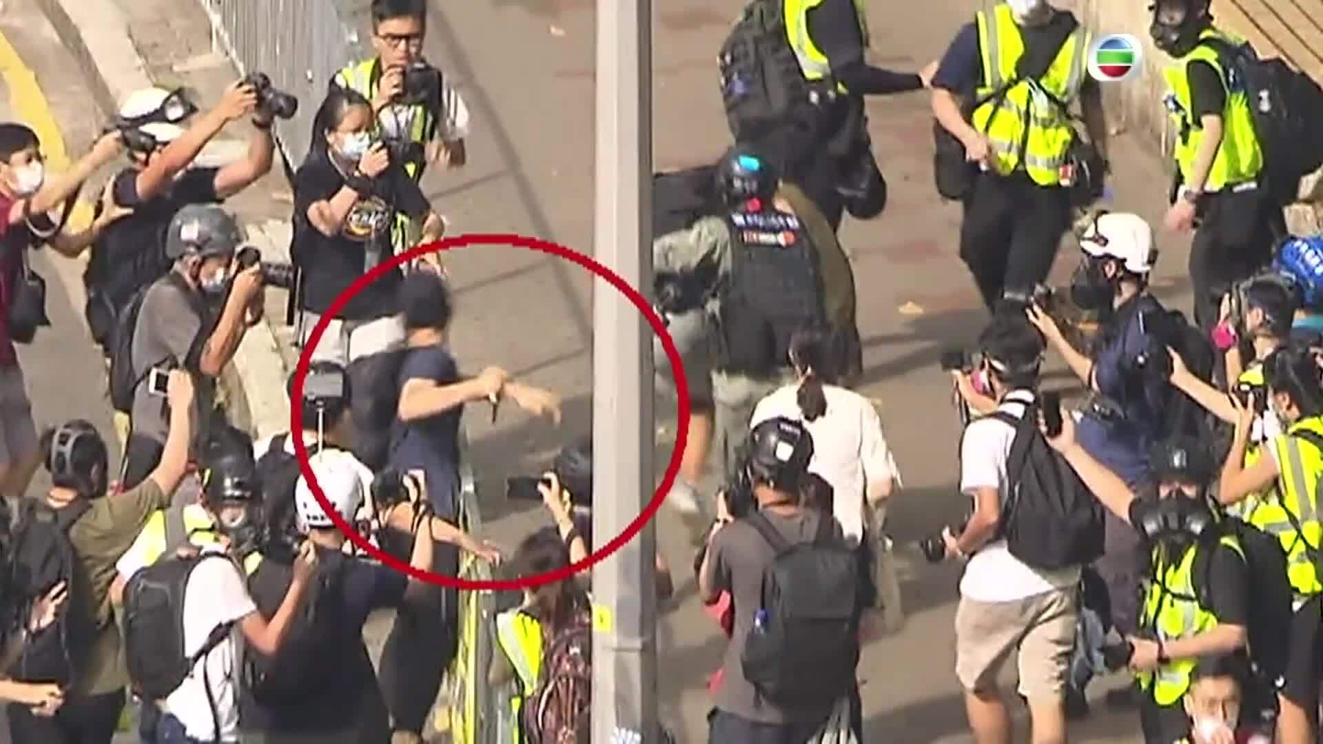 Cảnh sát Hong Kong bắt nghi phạm trên máy bay sắp cất cánh