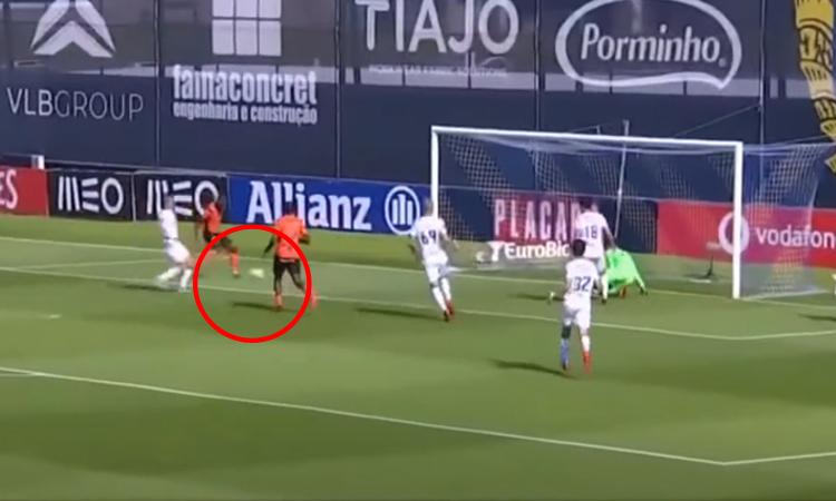 Cầu thủ sút bóng ra ngoài dù cách khung thành một mét