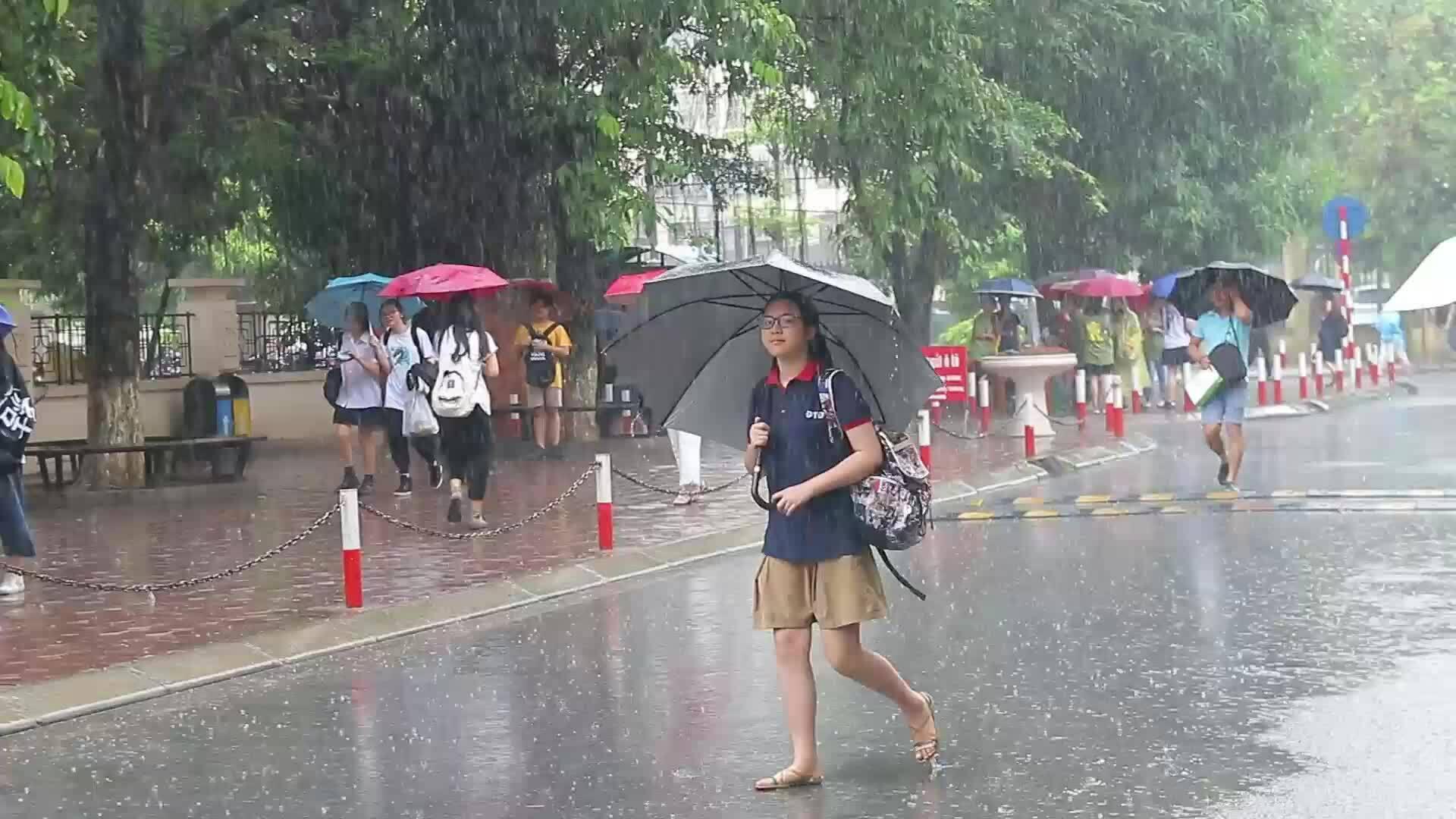 Video thí sinh đội mưa thi chuyên ngữ
