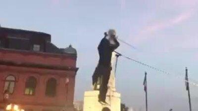 Người biểu tình Mỹ kéo đổ tượng Columbus