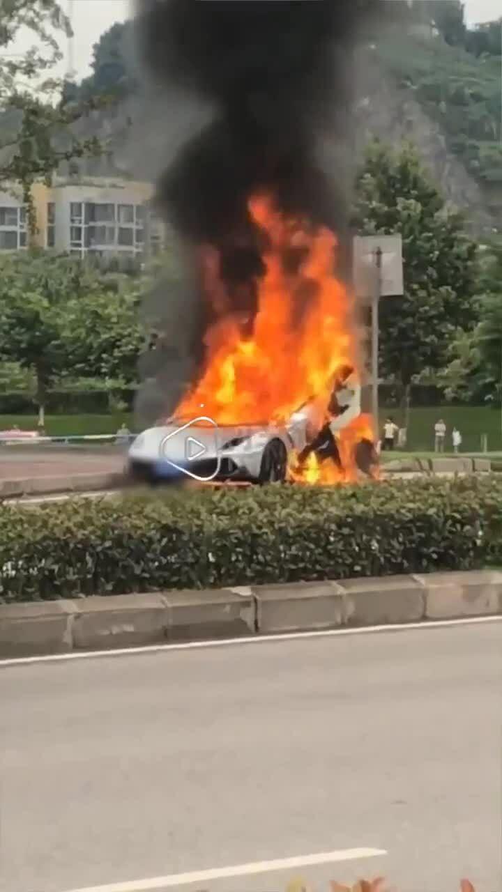 Siêu xe Lamborghini cháy trụi giữa đường
