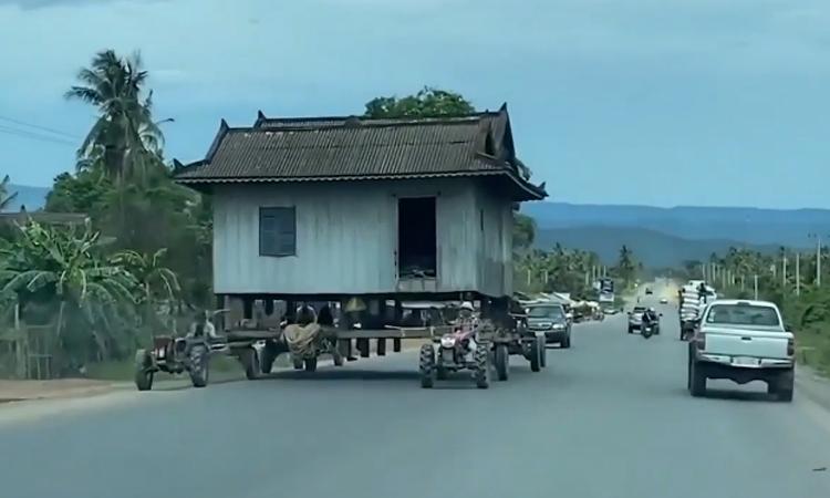 Máy kéo 'cõng' nhà trên quốc lộ