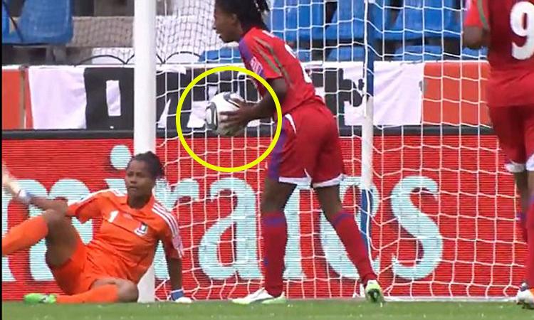Hậu vệ bắt bóng hộ vì thủ môn bị vượt qua