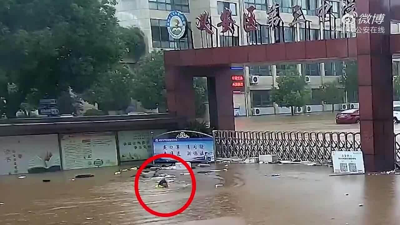 Cảnh sát giao thông bơi vào kiểm tra trường học