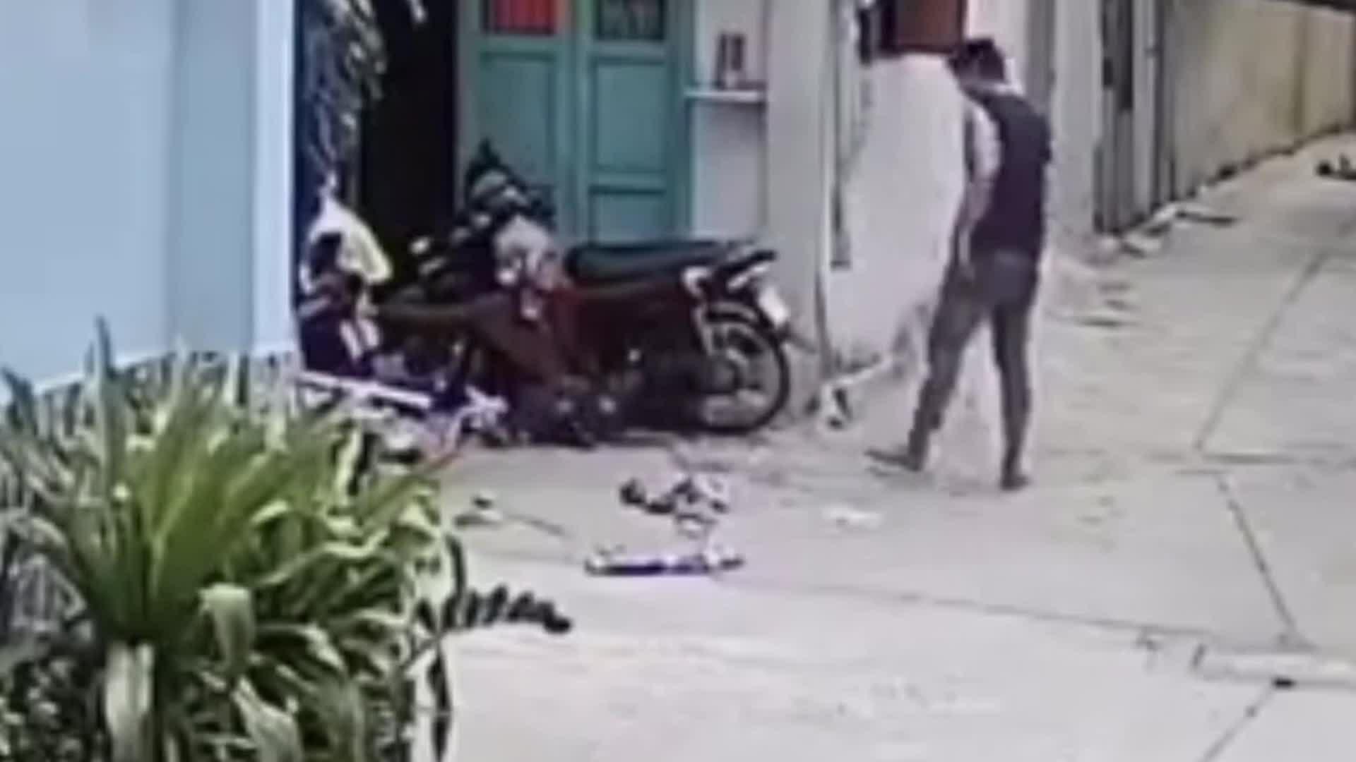 Nghịch tử bạo hành cha mẹ già trong cơn 'ngáo' đá