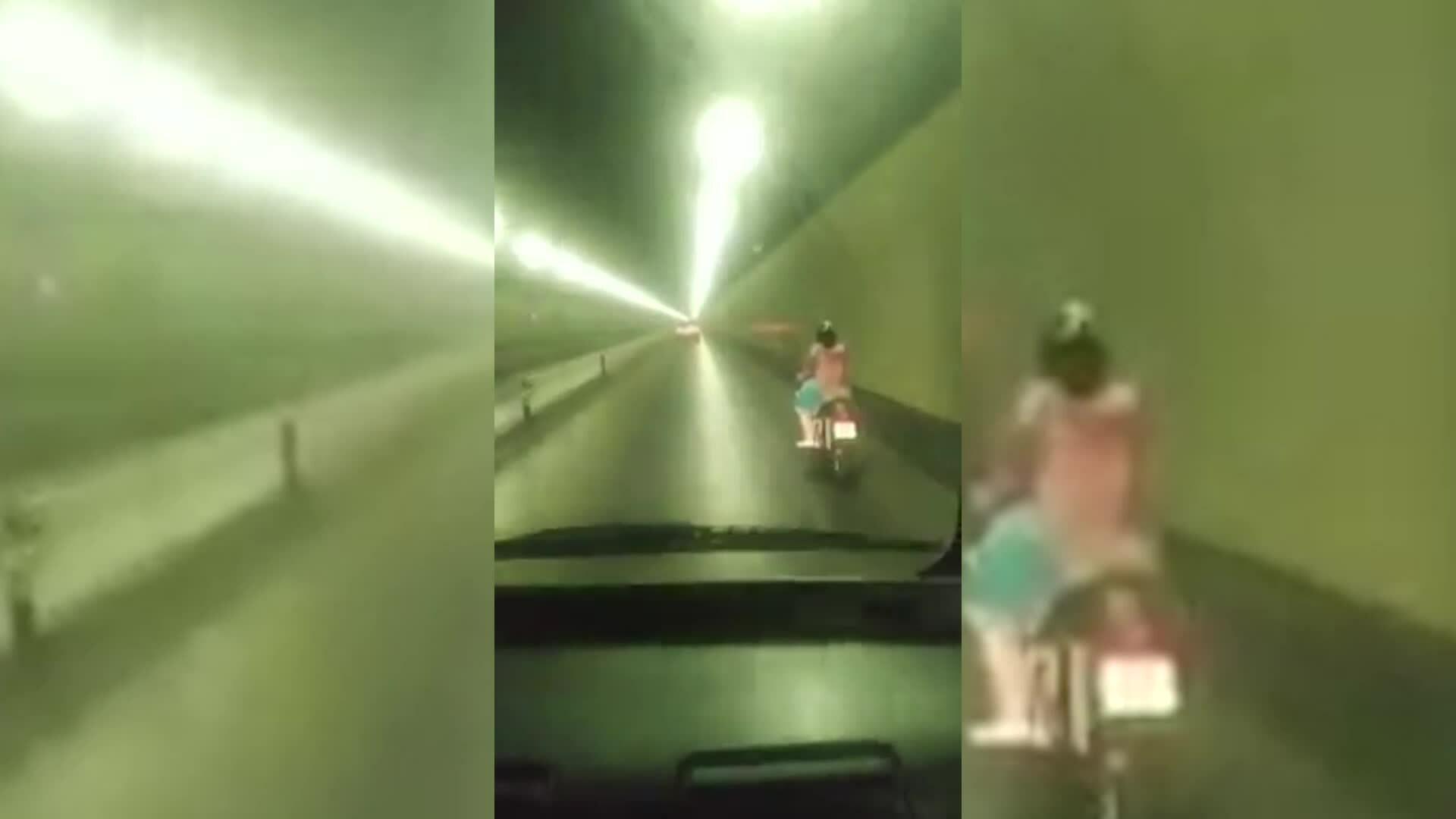 Cô gái chạy xe máy vào hầm Hải Vân