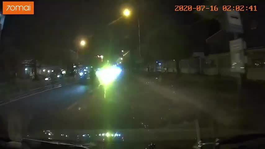 Hàng trăm xe máy đua ngược chiều trong đêm