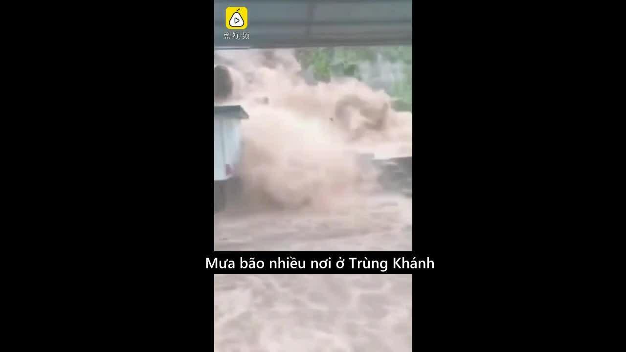 Lũ tuôn xối xả vào văn phòng ở Trùng Khánh