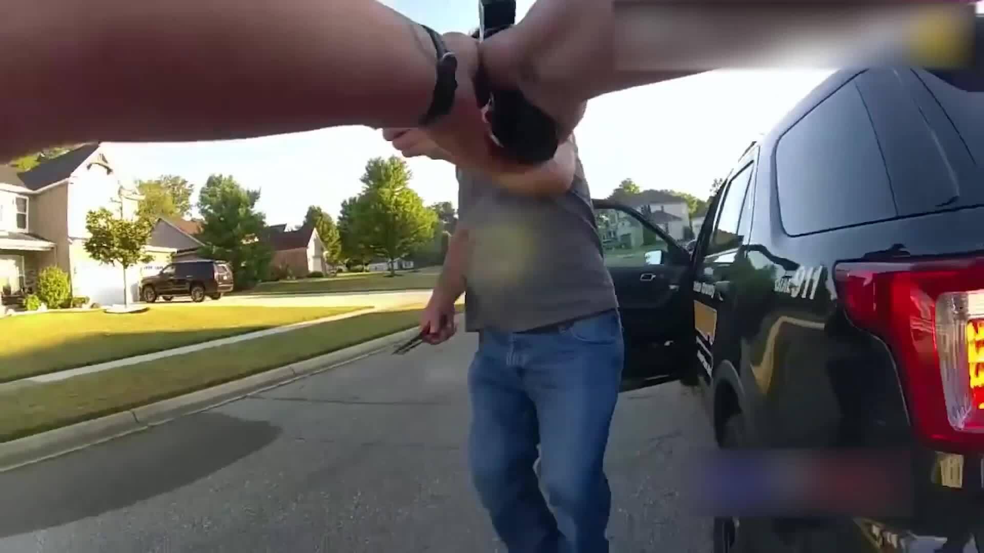 Nữ cảnh sát thoát chết khi súng kẹt đạn