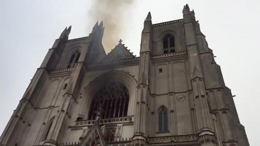 Cháy nhà thờ Pháp