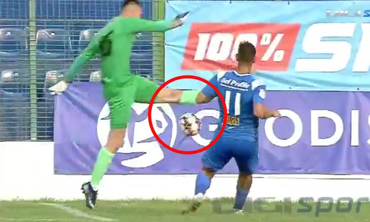Thủ môn 'tặng' bàn thắng cho đối thủ