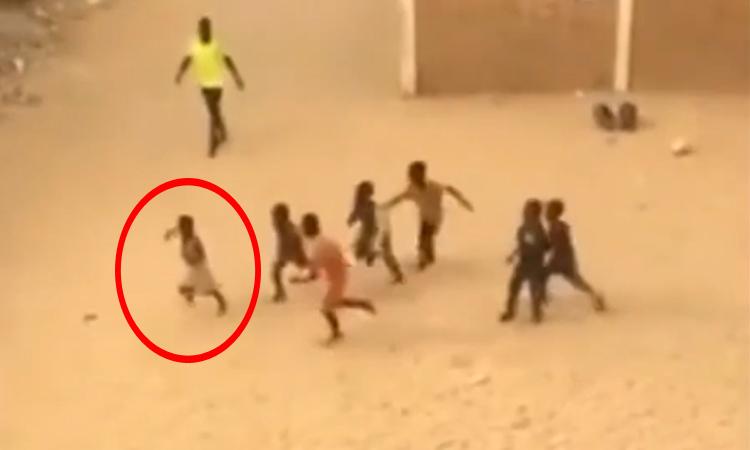 Cậu bé chạy thục mạng vì sút hỏng penalty