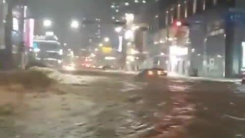 Nước lũ ngập đường Hàn Quốc