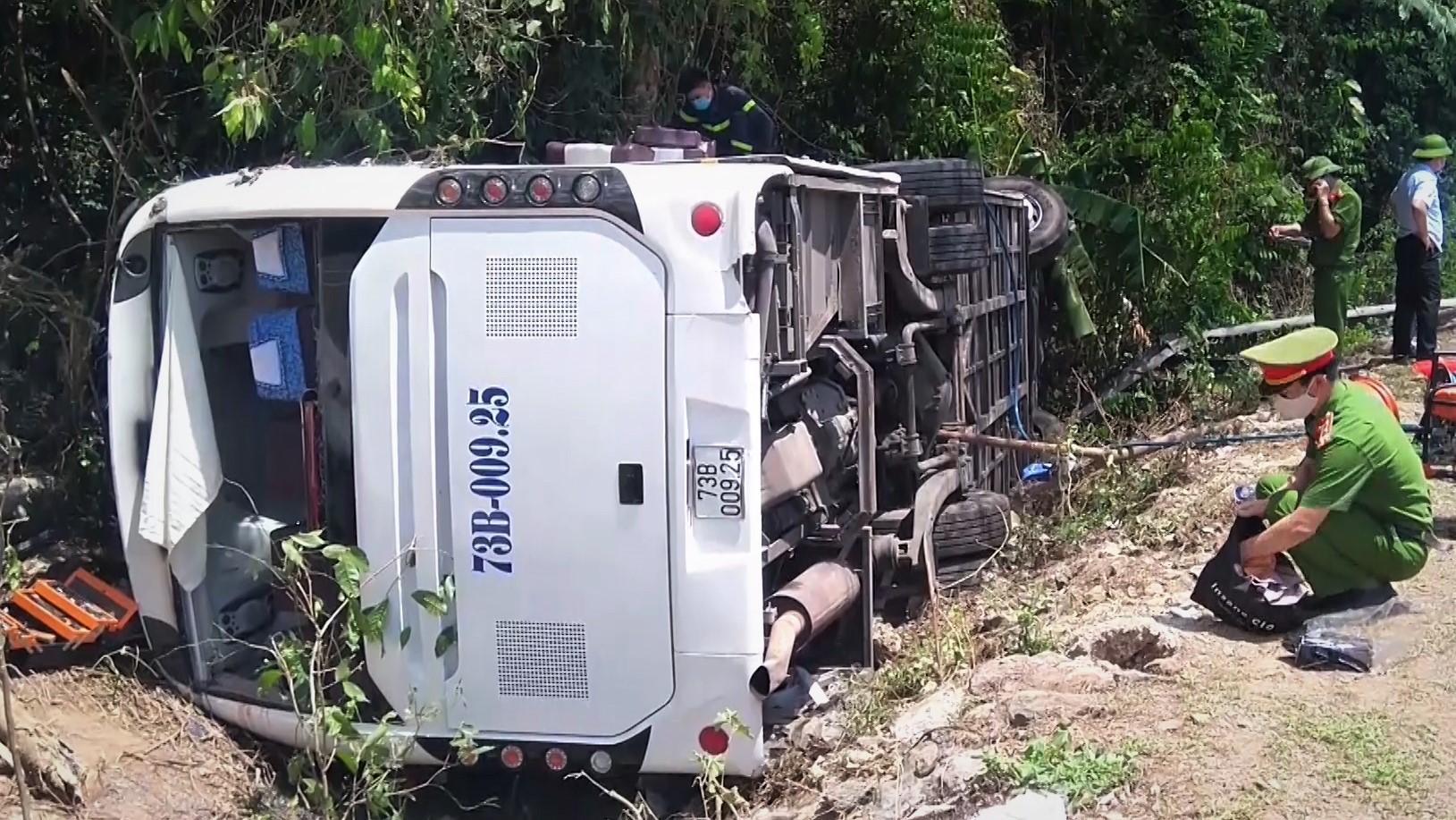 14 người chết do xe lật trên đường HCM
