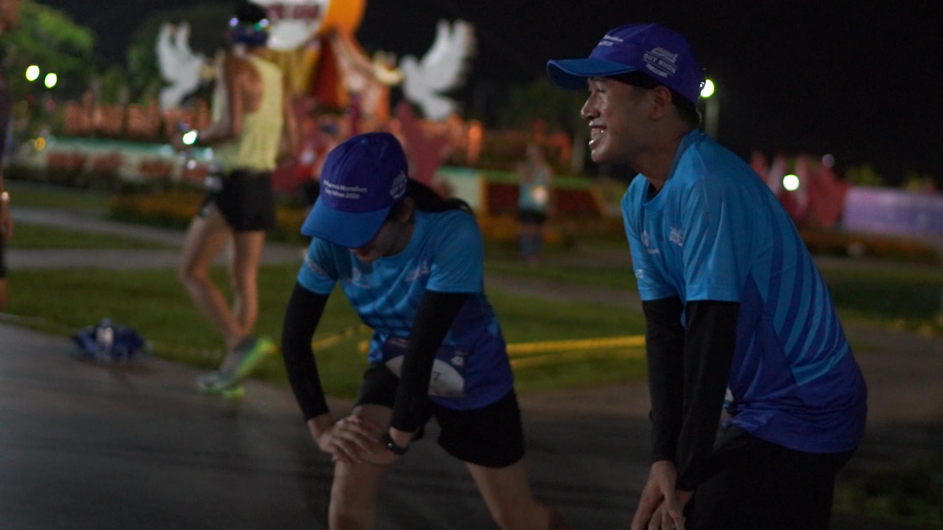 Runner 42km khởi động trước giờ chạy