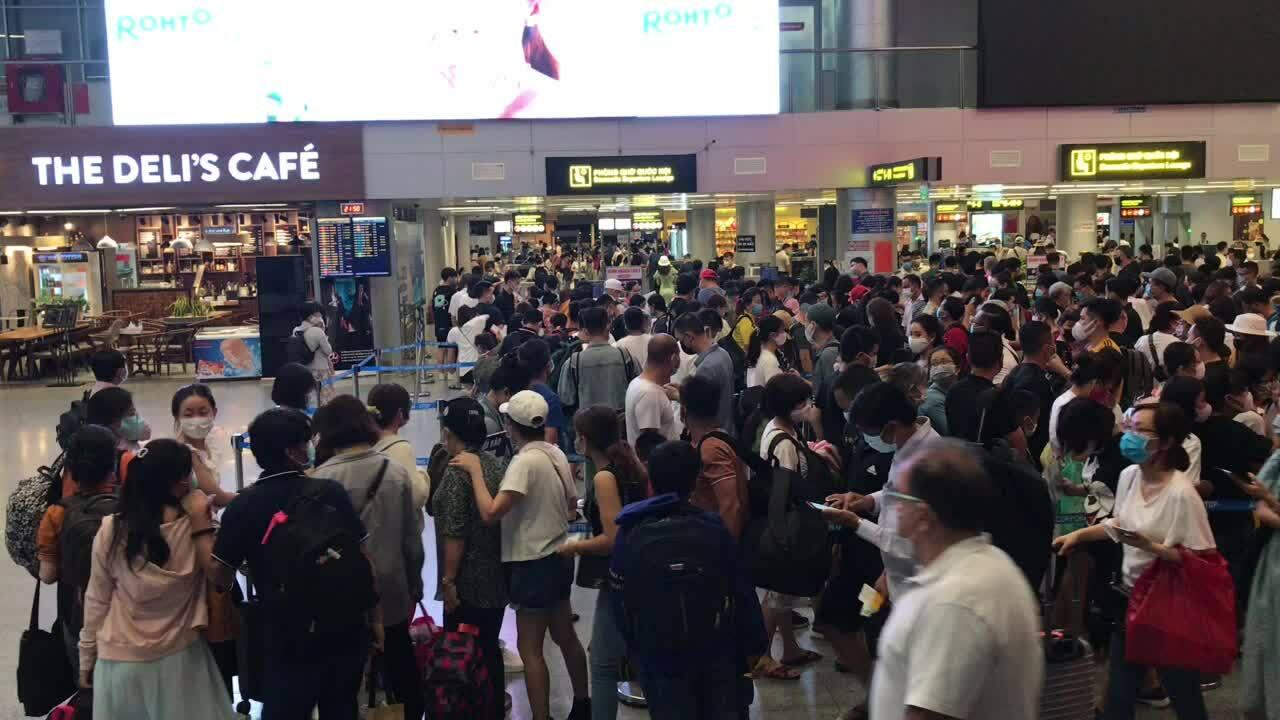 Sân bay Đà Nẵng đông đúc lúc 21h30