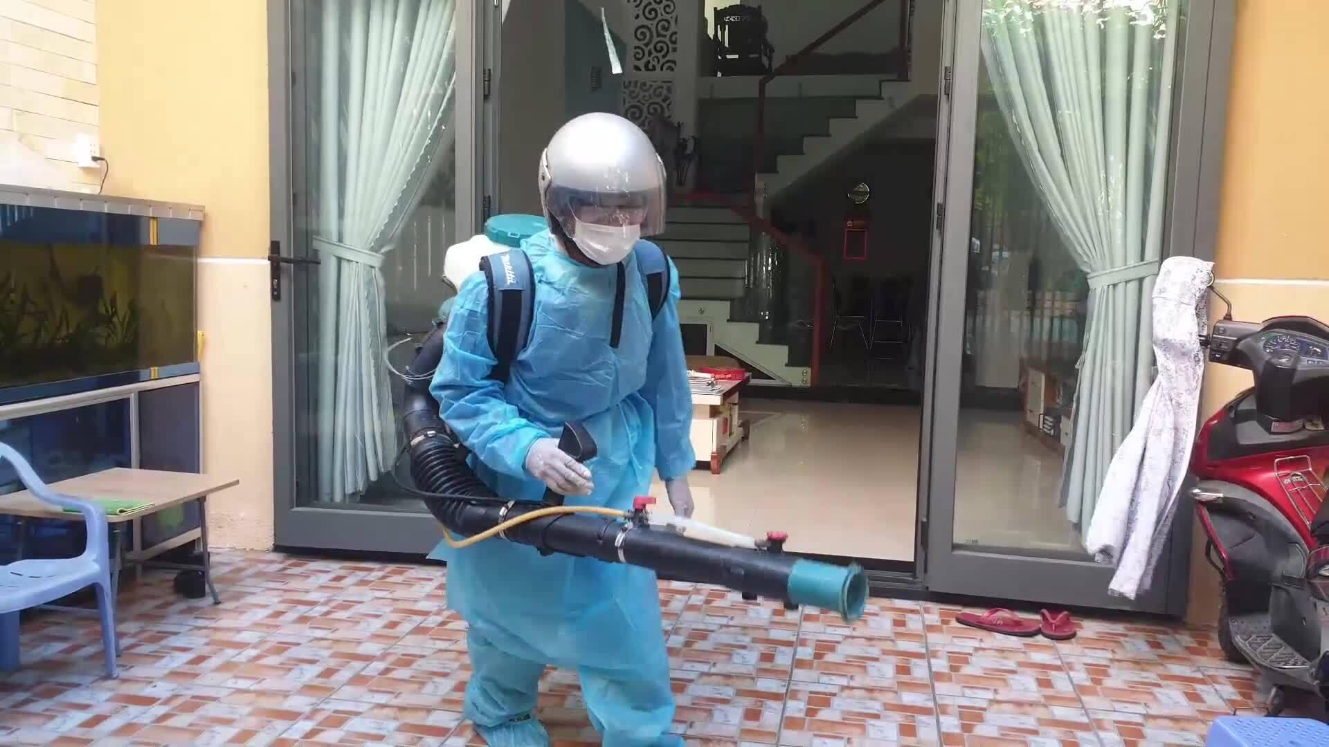 Video phun hoá chất khu dân cư có ca bệnh 418