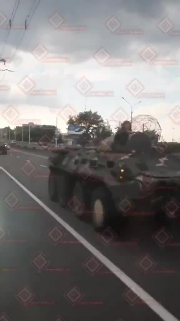 Đoàn xe thiết giáp Belarus đâm dồn toa trên phố